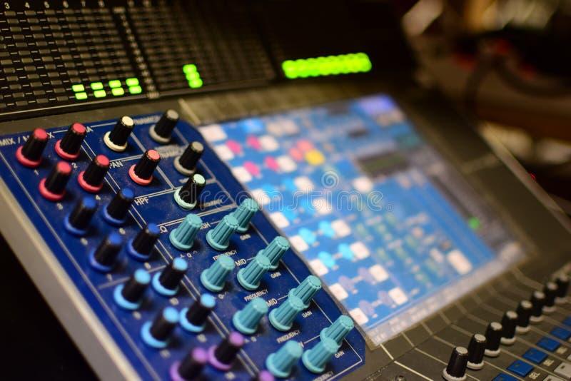 A foto genérica borrada do misturador e do equalizador de Soundboard da transmissão da música de concerto com botões e as luzes i imagem de stock royalty free