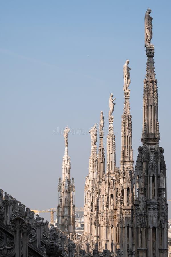 Foto genomen hoogte omhoog in de terrassen die van Di Milaan van Milan Cathedral/Duomo-, de gotische architectuur in detail tonen royalty-vrije stock fotografie