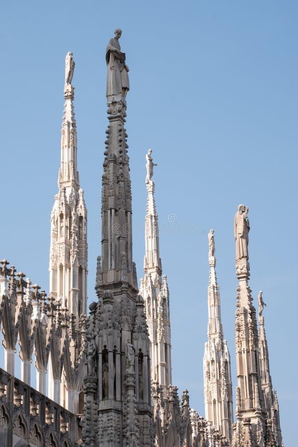 Foto genomen hoogte omhoog in de terrassen die van Di Milaan van Milan Cathedral/Duomo-, de gotische architectuur in detail tonen stock fotografie