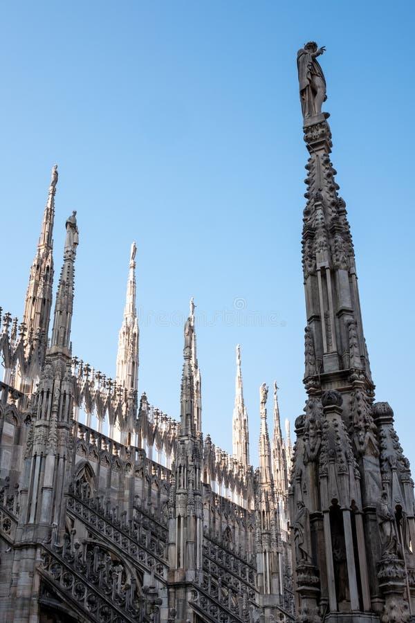 Foto genomen hoogte omhoog in de terrassen die van Di Milaan van Milan Cathedral/Duomo-, de gotische architectuur in detail tonen royalty-vrije stock afbeelding