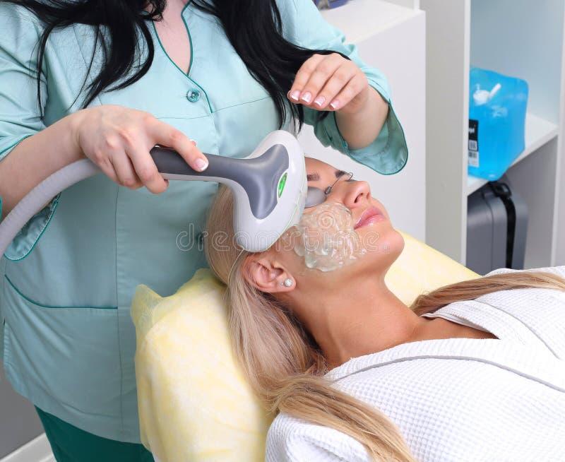 Foto Gezichtstherapie anti-veroudert procedures royalty-vrije stock foto