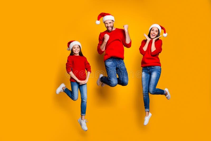 Foto a grandezza naturale di allegre funky allegro e divertente salto con una famiglia affascinante e allegra con gente che giois fotografia stock
