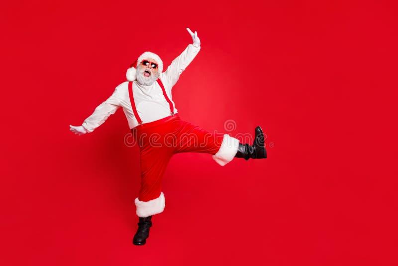 Foto a grandezza naturale di un allegro grasso in sovrappeso stile elegante e alla moda di Babbo Natale con una pancia molto buia immagine stock