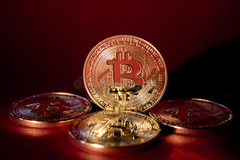 Foto guld- Bitcoins på röd bakgrund handelbegrepp av crypto valuta royaltyfria bilder