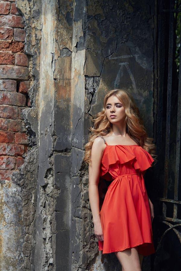 Foto hermosa de la mujer joven de la moda al aire libre cerca del viejo verano de la GRANJA Blondes de la muchacha del retrato en foto de archivo