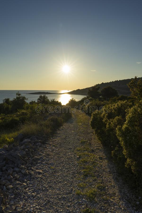 Foto hermosa de la naturaleza y del paisaje de la costa y camino en el mar adri?tico en Croacia imágenes de archivo libres de regalías