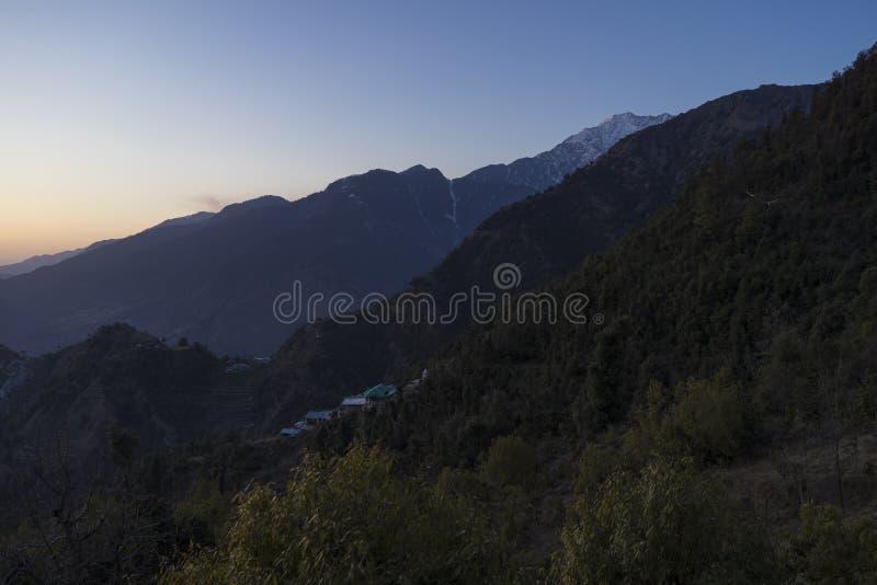 Foto hermosa de la naturaleza y del paisaje de la puesta del sol en el Himalaya de Dharamsala la India imagenes de archivo