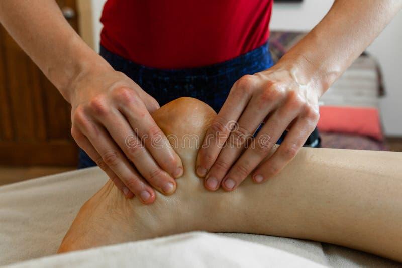 Foto hermosa de las manos de una mujer que dan un masaje profundo del tejido foto de archivo