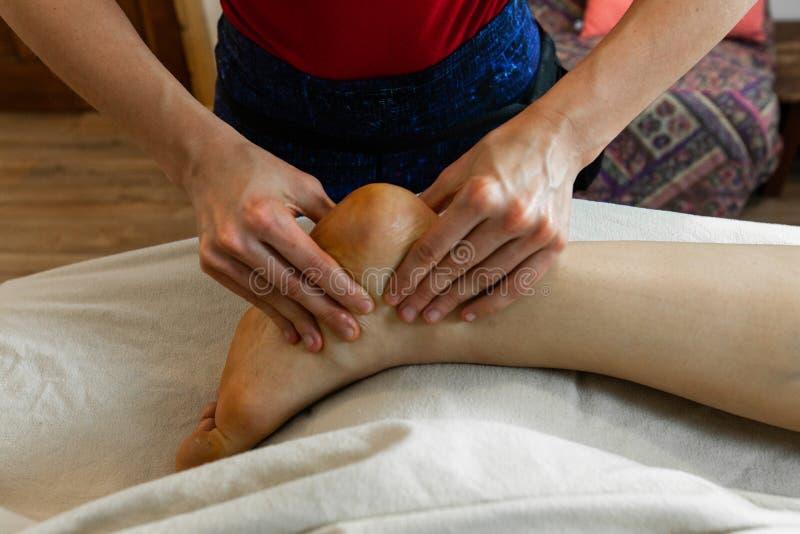 Foto hermosa de las manos de una mujer que dan un masaje profundo del tejido fotos de archivo