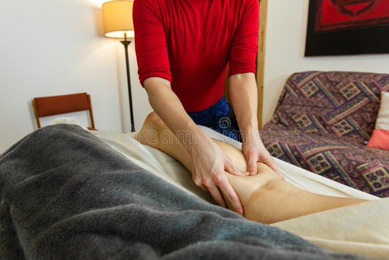 Foto hermosa de las manos de una mujer que dan un masaje profundo del tejido fotografía de archivo libre de regalías