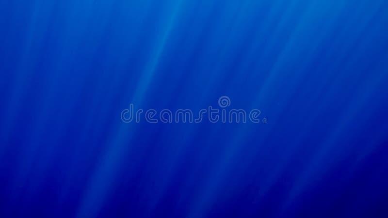 Foto hermosa de los rayos del sol que brillan a trav?s de superficie del mar profundo foto de archivo