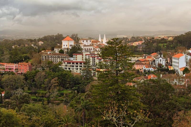 Foto hermosa del paisaje de Sintra medieval y naturaleza imponente alrededor de ella Cielo dramático con las nubes tormentosas fotografía de archivo libre de regalías