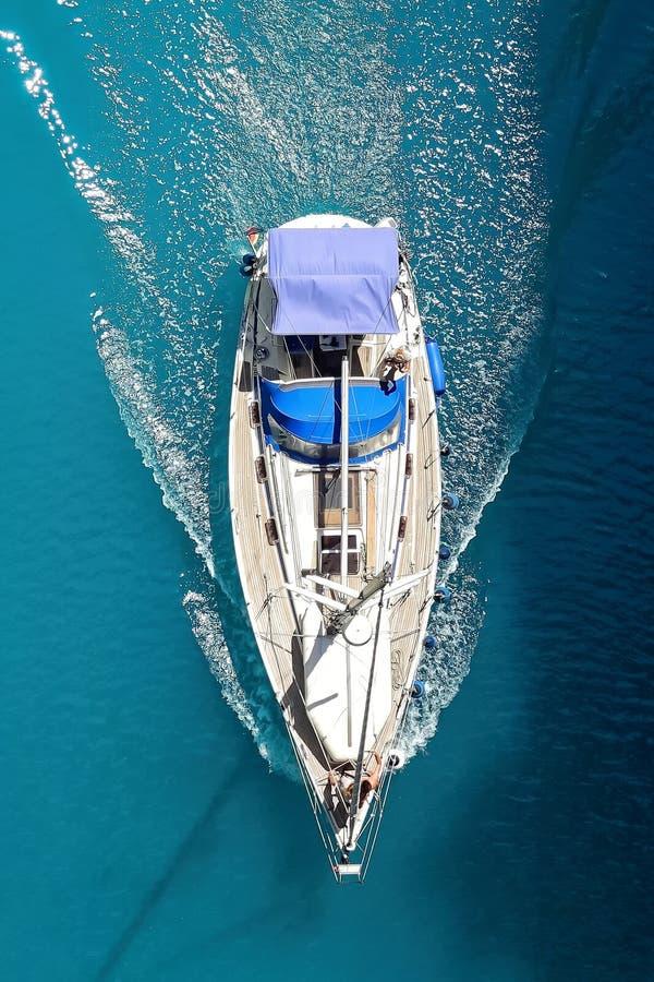 Foto hermosa del yate desde arriba en el mar abierto foto de archivo libre de regalías