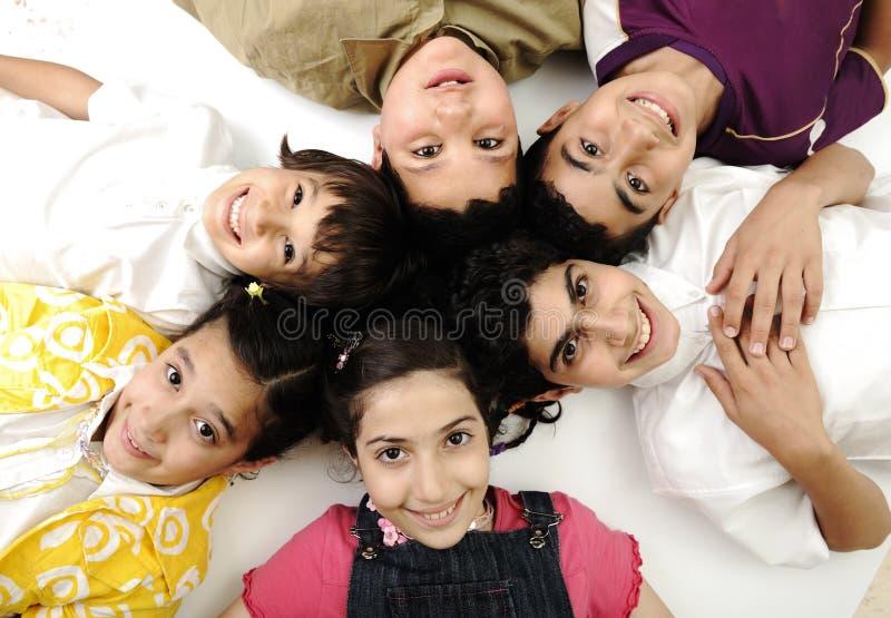 Foto horizontal de seis crianças imagens de stock