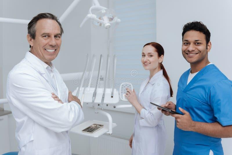 Foto horizontal de três colegas ao estar no armário imagens de stock royalty free