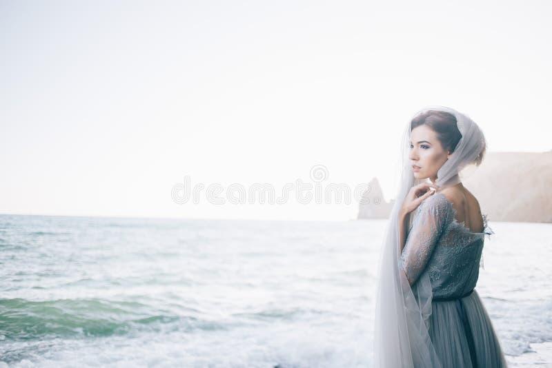 Foto horizontal de uma mulher bonita da noiva na praia Belas artes, espaço da cópia fotografia de stock