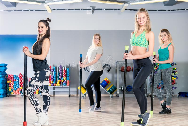 Foto horizontal - muchachas en el gimnasio con los apoyos para el exerci de los deportes fotografía de archivo