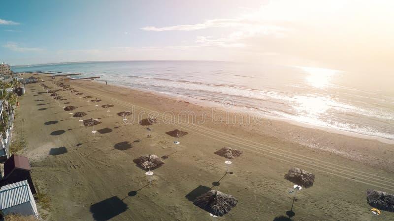 Foto impresionante del abejón de la playa y del mar soleados en Larnaca, Chipre, tiro aéreo imágenes de archivo libres de regalías