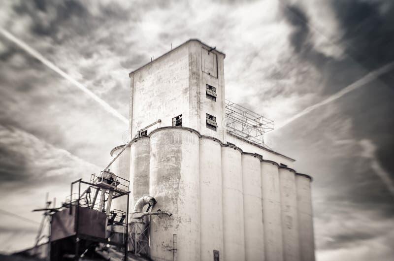 Foto inclinable del cambio del viejo silo de grano obsoleto de la harina, Mesa, Arizona imagenes de archivo