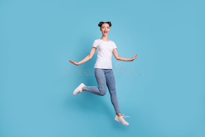 Foto integral de la señora que camina sin el azul casual blanco de precipitación del dril de algodón de los vaqueros de la camise imagenes de archivo