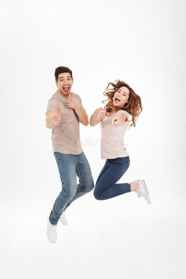 Foto integral de pares cariñosos alegres en la camiseta casual imagen de archivo libre de regalías