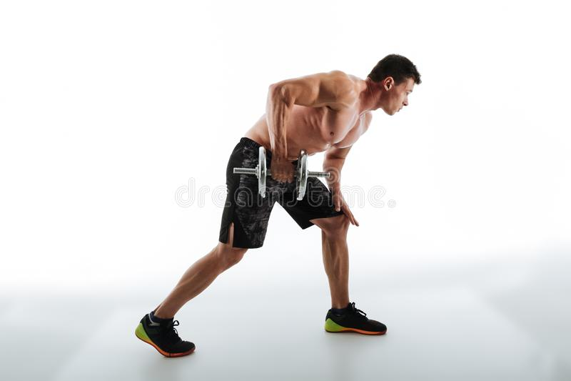 Foto integral del entrenamiento muscular atractivo joven del hombre con imagen de archivo