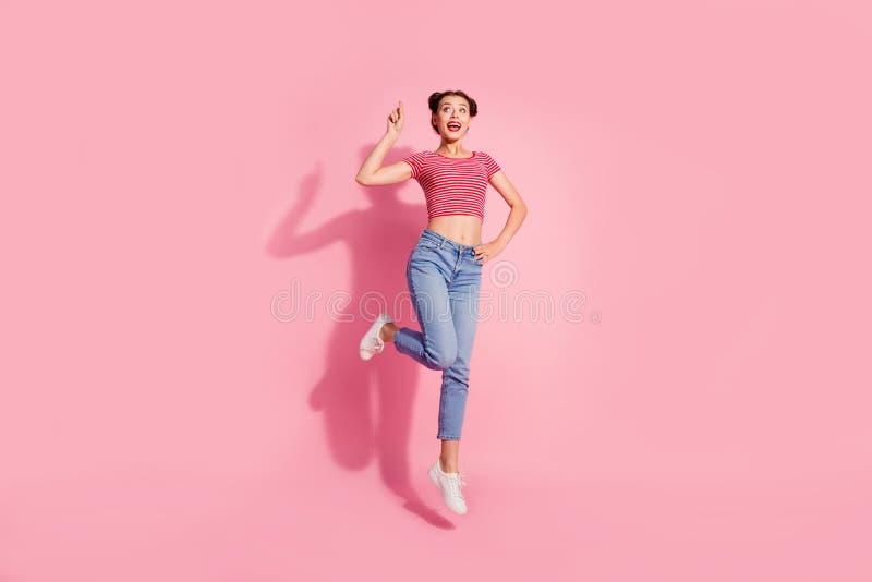 Foto integral del tamaño de cuerpo hermosa ella que su señora salta arriba para recomendar para comprar al comprador mirada de la foto de archivo libre de regalías