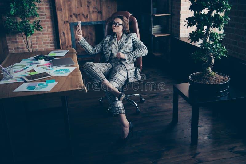 Foto integrale di dimensione corporea bella stupendo lei il suo Smart Phone del telefono di sguardo di signora di affari fare pre immagine stock