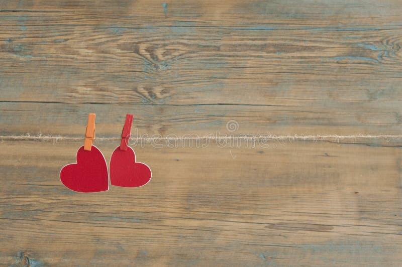 foto istantanee in bianco che appendono sulla corda da bucato con cuore rosso fotografie stock