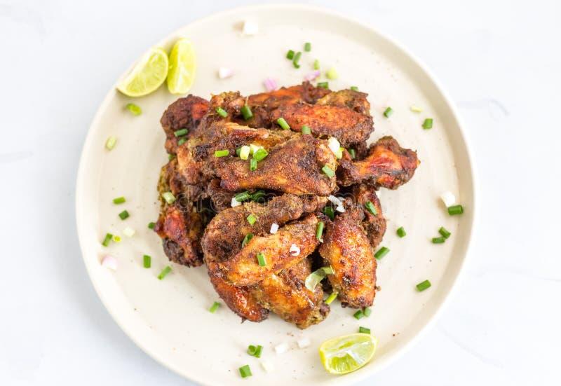 Foto jamaicana picante de la opinión superior de las alas de pollo del tirón foto de archivo