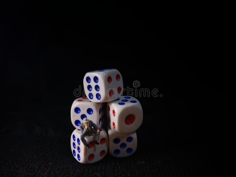 Foto, Jobless, Sitting Stress Man white plastics Dice, Illustratie voor Bankrupt Gambler royalty-vrije stock afbeeldingen