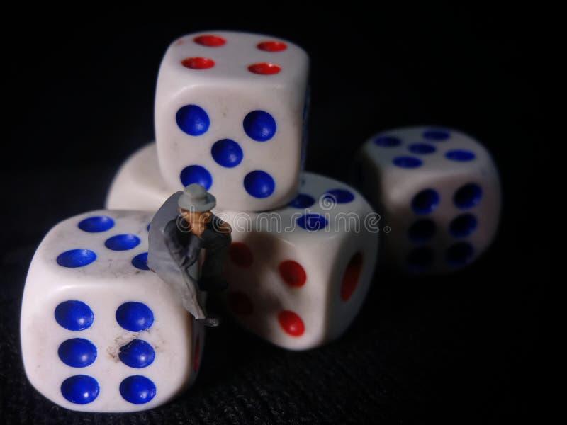 Foto, Jobless, Sitting Stress Man white plastics Dice, Illustratie voor Bankrupt Gambler royalty-vrije stock afbeelding