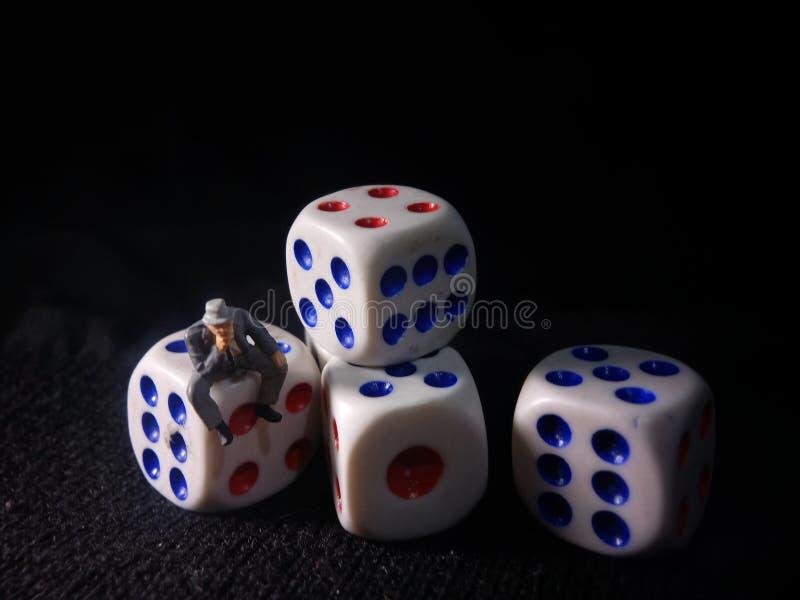 Foto, Jobless, Sitting Stress Man white plastics Dice, Illustratie voor Bankrupt Gambler royalty-vrije stock foto