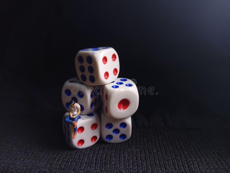 Foto, Jobless, Sitting Stress Man white plastics Dice, Illustratie voor Bankrupt Gambler royalty-vrije stock foto's
