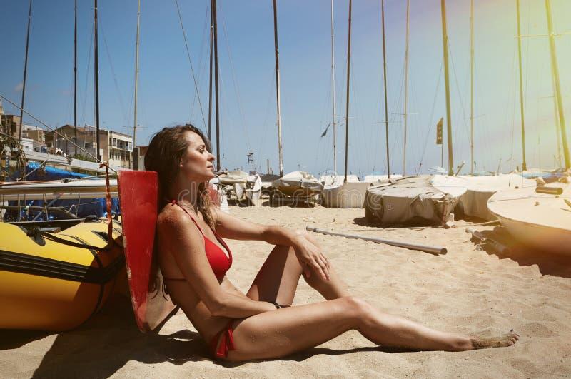 Foto-junges Mädchen, das Kühlzeit-Strand macht Eignungs-entspannen sich aktive Frauen-Ausgabe nach Yaht-Sitzungs-hoher See Slight stockfoto