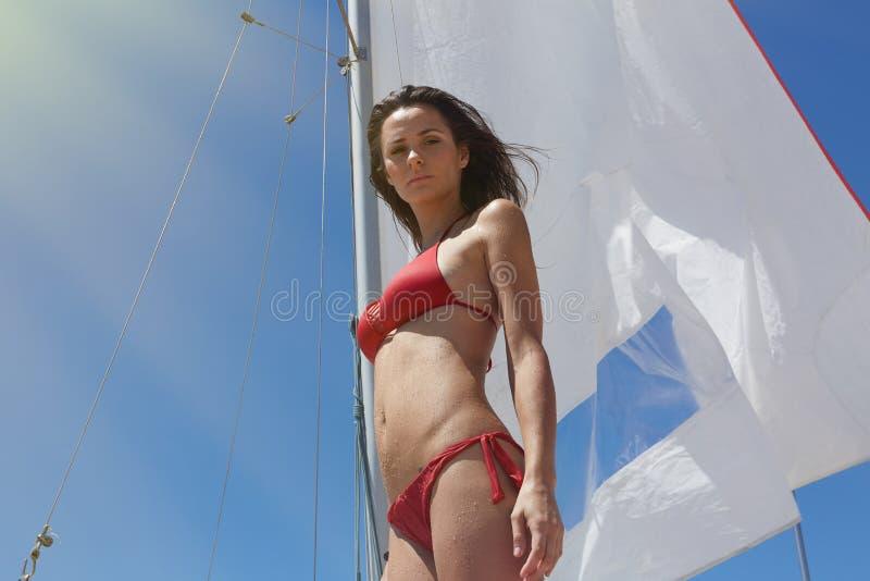 Foto-junges sexy Mädchen, das Kühlzeit Yaht-Boot herstellt Eignungs-entspannen sich aktive Frauen-Ausgabe nach Wasser-Sitzungs-ho stockfotos