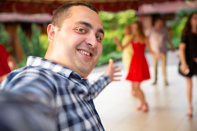 Foto KYIV, UCRAINA, lega della barra concessioni KickerKicker del 10 giugno 2018 Gli uomini attivi e le donne si divertono durant immagine stock libera da diritti