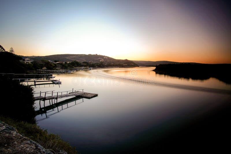 Foto larga de la exposición del río de Kowie en la puesta del sol imágenes de archivo libres de regalías