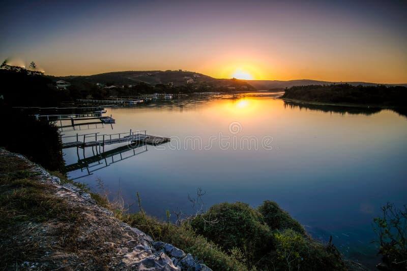 Foto larga de la exposición del río de Kowie en la puesta del sol fotos de archivo libres de regalías