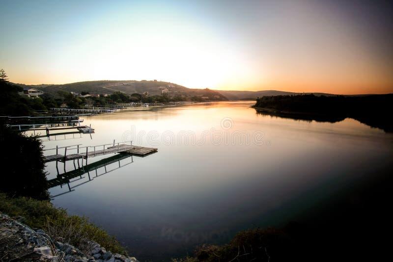Foto larga de la exposición del río de Kowie en la puesta del sol imagen de archivo libre de regalías