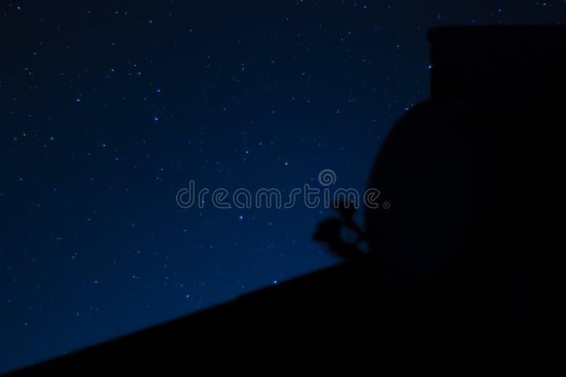 Foto larga de la noche de la exposición Muchas estrellas con constelaciones Lejos de la ciudad fotografía de archivo libre de regalías