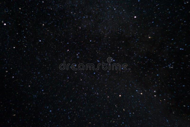 Foto larga de la noche de la exposición Muchas estrellas con constelaciones Lejos de la ciudad imagen de archivo