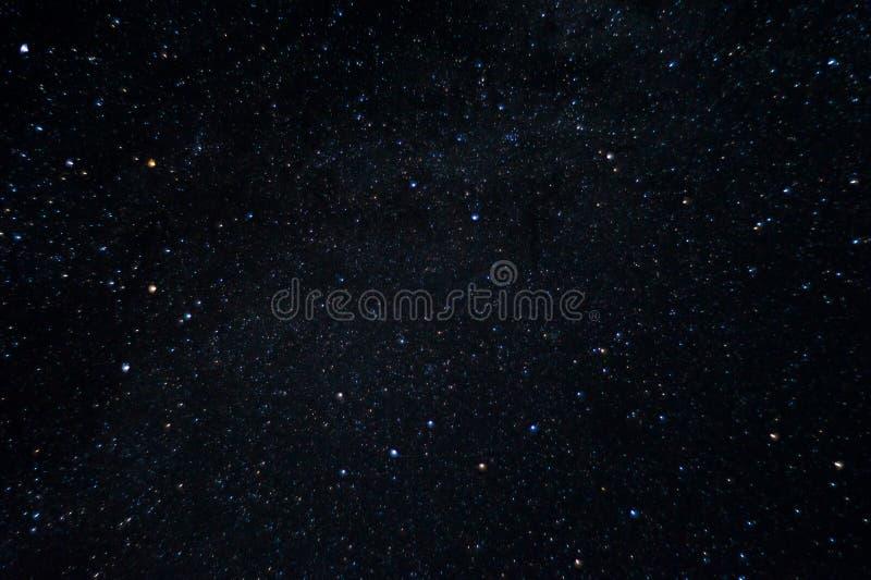 Foto larga de la noche de la exposición Muchas estrellas con constelaciones Lejos de la ciudad imágenes de archivo libres de regalías