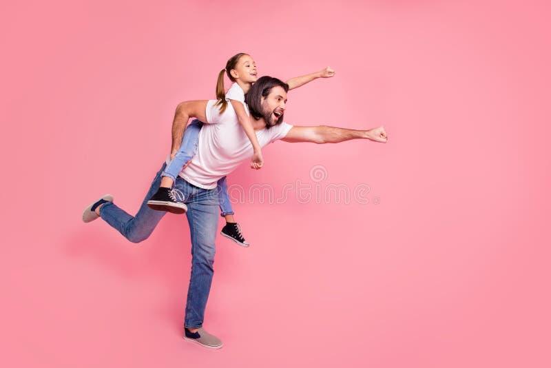 Foto laterale integrale di dimensione corporea di profilo la sua piccola signora lui lui la sua tenuta del papà di papà poca prin fotografia stock