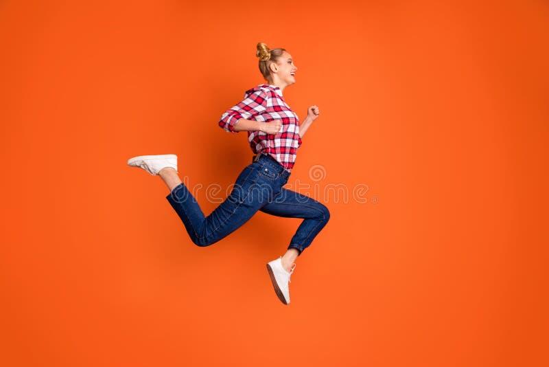 Foto laterale integrale di dimensione corporea di profilo stupendola divertente la sua signora che salta funzionamento pazzo di a immagine stock