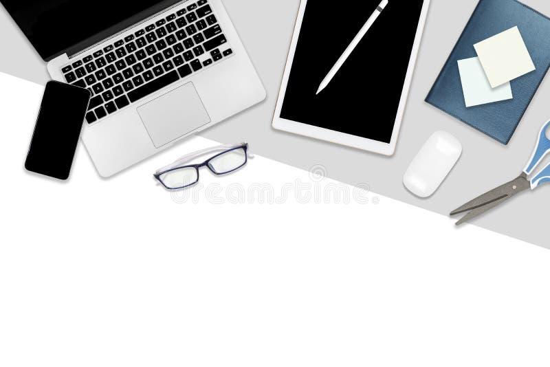 Foto lisa da configuração da tabela do escritório com laptop, a tabuleta digital, o telefone celular e os acessórios em um branco ilustração do vetor