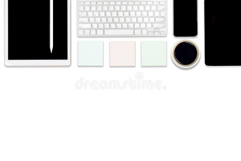 Foto lisa da configuração da tabela do escritório com laptop, a tabuleta digital, o telefone celular e os acessórios No fundo bra ilustração stock