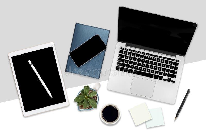Foto lisa da configuração da tabela do escritório com laptop, a tabuleta digital, o telefone celular e os acessórios No fundo bra ilustração royalty free