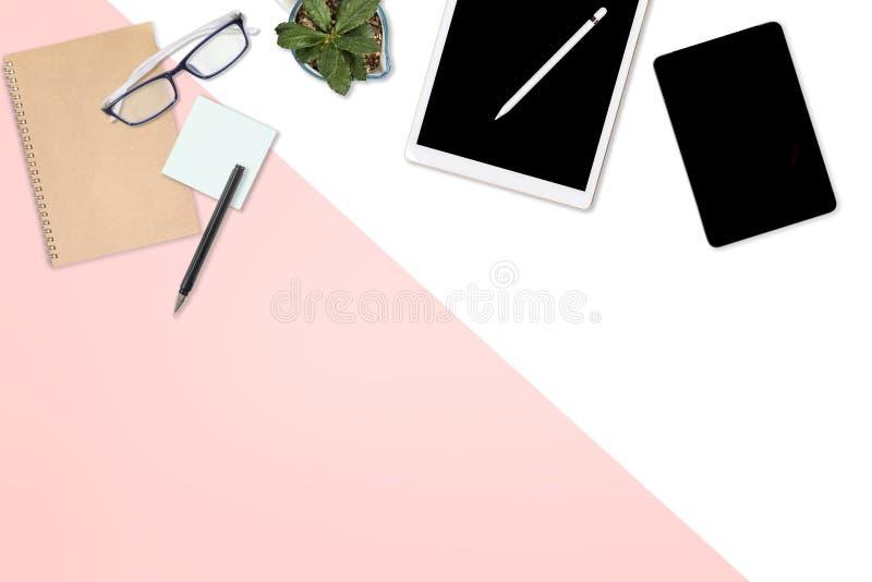 Foto lisa da configuração da tabela do escritório com laptop, a tabuleta digital, o telefone celular e os acessórios no fundo mod imagem de stock
