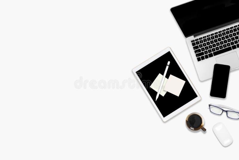 Foto lisa da configuração da tabela do escritório com tablet pc, telefone celular e os acessórios digitais No fundo branco isolad ilustração do vetor